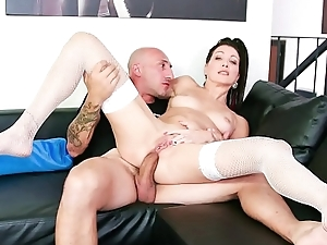 CASTING ALLA ITALIANA - Sexy Italian indulge takes strapping cock in pain in the neck